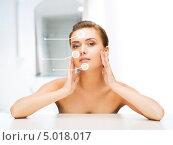 Купить «Ухоженная молодая женщина с упругой кожей на лице», фото № 5018017, снято 22 июня 2013 г. (c) Syda Productions / Фотобанк Лори