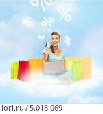 Купить «Девушка с покупками, ноутбуком и кредитной картой на седьмом небе от счастья», фото № 5018069, снято 1 июня 2013 г. (c) Syda Productions / Фотобанк Лори