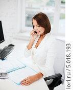 Купить «Энергичная деловая женщина в офисе разговаривает по телефону», фото № 5018193, снято 18 июля 2013 г. (c) Syda Productions / Фотобанк Лори