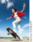 Купить «Счастливая юная девушка со скейтом летним днем», фото № 5018277, снято 20 июля 2013 г. (c) Syda Productions / Фотобанк Лори