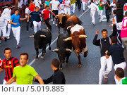 Купить «Люди бегут по улице от быков, Испания», фото № 5019885, снято 29 августа 2013 г. (c) Яков Филимонов / Фотобанк Лори