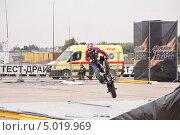 Купить «Мотофристайл шоу Adrenaline FMX RUSH на МАКS-2013», эксклюзивное фото № 5019969, снято 31 августа 2013 г. (c) Алёшина Оксана / Фотобанк Лори