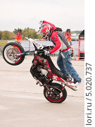Купить «Мотофристайл шоу Adrenaline FMX RUSH», эксклюзивное фото № 5020737, снято 31 августа 2013 г. (c) Алёшина Оксана / Фотобанк Лори