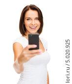 Купить «Счастливая женщина делает снимок мобильным телефоном», фото № 5020925, снято 25 июля 2013 г. (c) Syda Productions / Фотобанк Лори