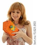 Купить «Молодая женщина открывает подарок», фото № 5021053, снято 19 августа 2006 г. (c) Syda Productions / Фотобанк Лори
