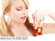 Купить «Юная девушка с двумя хвостиками пьет колу со льдом через трубочку», фото № 5025021, снято 31 мая 2009 г. (c) Syda Productions / Фотобанк Лори