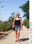 Блондинка в черных солнцезащитных очках идет по дорожке летнего парка, фото № 5027517, снято 1 июля 2013 г. (c) Евгений Ткачёв / Фотобанк Лори
