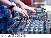 Купить «Руки диджея на микшерном пульте», фото № 5030549, снято 10 мая 2013 г. (c) Никончук Алексей / Фотобанк Лори