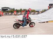 Купить «Участник шоу Adrenaline FMX RUSH на МАКS-2013», эксклюзивное фото № 5031037, снято 31 августа 2013 г. (c) Алёшина Оксана / Фотобанк Лори