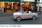 """Купить «Маленький розовый автомобиль на улице курортного городка. """"Автобьянки Бьянчина (Бьянкина) кабриолет""""», фото № 5032921, снято 12 августа 2013 г. (c) Юрий Кирсанов / Фотобанк Лори"""