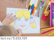 Девочка в школе рисует портрет цветными карандашами (2012 год). Редакционное фото, фотограф Ilya Tikhanovsky / Фотобанк Лори