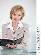 Купить «Деловая женщина пишет в ежедневнике», фото № 5036477, снято 30 мая 2010 г. (c) Phovoir Images / Фотобанк Лори