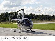 Купить «Вертолет Robinson R44 Clipper II», фото № 5037561, снято 24 августа 2013 г. (c) Евгений Клеменков / Фотобанк Лори