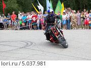 Купить «Езда без рук на мотоцикле. Алексей Калинин», фото № 5037981, снято 10 августа 2013 г. (c) Николай Мухорин / Фотобанк Лори