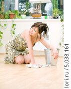 Купить «Привлекательная домохозяйка в платье моет пол тряпкой», фото № 5038161, снято 8 июня 2008 г. (c) Syda Productions / Фотобанк Лори