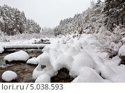Снегопад на горной реке. Каменные пирамидки туристов под снежными шапками. Стоковое фото, фотограф Виктория Катьянова / Фотобанк Лори