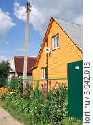 Купить «Дачный двухэтажный домик», эксклюзивное фото № 5042013, снято 20 августа 2013 г. (c) Алёшина Оксана / Фотобанк Лори