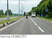 Женщина переходит дорогу по пешеходному переходу (2013 год). Редакционное фото, фотограф Юрий Морозов / Фотобанк Лори