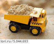 Игрушка-самосвал с песком. Стоковое фото, фотограф Чернова Анна / Фотобанк Лори