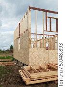 Купить «Фрагмент каркаса деревянного каркасно-щитового дома на свайно-винтовом фундаменте», эксклюзивное фото № 5048893, снято 3 сентября 2013 г. (c) Родион Власов / Фотобанк Лори