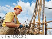 Купить «Работник в спецодежде на стройке», фото № 5050345, снято 10 сентября 2013 г. (c) Дмитрий Калиновский / Фотобанк Лори