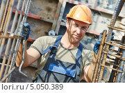 Купить «Работник в спецодежде на стройке», фото № 5050389, снято 10 сентября 2013 г. (c) Дмитрий Калиновский / Фотобанк Лори