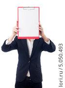 Купить «Деловая женщина держит планшет с чистым листом бумаги перед лицом», фото № 5050493, снято 22 августа 2013 г. (c) Elnur / Фотобанк Лори