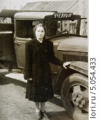 Портрет девушки у грузовика, старая фотография (2013 год). Редакционное фото, фотограф Елена Григорьева / Фотобанк Лори