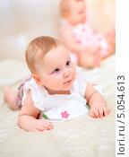 Купить «Годовалая девочка смотрит в сторону», фото № 5054613, снято 26 октября 2012 г. (c) Андрей Армягов / Фотобанк Лори