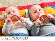 Купить «Годовалые дети пьют из бутылочки», фото № 5054633, снято 26 октября 2012 г. (c) Андрей Армягов / Фотобанк Лори