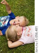 Дети дурачатся, лёжа на траве. Стоковое фото, фотограф Tanya Lomakivska / Фотобанк Лори