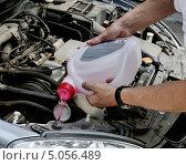 Купить «Мужчина заливает жидкость в бачок омывателя автомобиля», эксклюзивное фото № 5056489, снято 29 июня 2013 г. (c) Илюхина Наталья / Фотобанк Лори