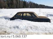 Купить «Старый автомобиль под снегом», эксклюзивное фото № 5060137, снято 13 апреля 2013 г. (c) Елена Коромыслова / Фотобанк Лори