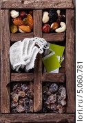 Купить «Чайные пакетики с травяным чаем в деревянном ящике», фото № 5060781, снято 17 сентября 2013 г. (c) Лисовская Наталья / Фотобанк Лори
