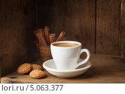Купить «Чашка кофе, амаретти и палочки корицы», фото № 5063377, снято 19 сентября 2013 г. (c) Лисовская Наталья / Фотобанк Лори
