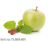 Купить «Зеленое яблоко, палочки корицы и мята», фото № 5069601, снято 15 марта 2012 г. (c) Natalja Stotika / Фотобанк Лори