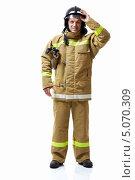 Купить «Позитивный пожарный в униформе на белом фоне», фото № 5070309, снято 2 мая 2013 г. (c) Raev Denis / Фотобанк Лори