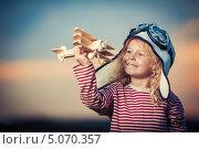 Купить «Маленькая девочка с деревянным самолетом», фото № 5070357, снято 13 июля 2013 г. (c) Raev Denis / Фотобанк Лори