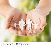 Купить «Бумажные фигурки в руках», фото № 5070889, снято 28 марта 2013 г. (c) Syda Productions / Фотобанк Лори