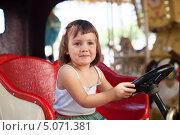 Купить «Ребенок за рулем автомобиля на карусели», фото № 5071381, снято 9 августа 2013 г. (c) Яков Филимонов / Фотобанк Лори