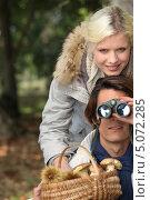 Пара с корзиной грибов в лесу, парень смотрит в бинокль, фото № 5072285, снято 15 октября 2010 г. (c) Phovoir Images / Фотобанк Лори