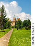 Дорожка в парке к Бойницкому замку. Словакия (2013 год). Стоковое фото, фотограф Сергей Новиков / Фотобанк Лори