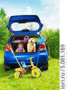 Купить «Мальчик с собакой сидят в багажнике автомобиля», фото № 5081169, снято 3 августа 2013 г. (c) Сергей Новиков / Фотобанк Лори