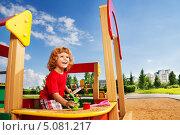 Купить «Веселый мальчик играет в песочнице», фото № 5081217, снято 13 августа 2013 г. (c) Сергей Новиков / Фотобанк Лори