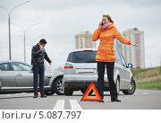 Купить «Мужчина и женщина звонят по телефонам после ДТП», фото № 5087797, снято 22 сентября 2013 г. (c) Дмитрий Калиновский / Фотобанк Лори