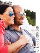 Счастливая пара средних лет в солнечных очках на пляже. Стоковое фото, фотограф Andrejs Pidjass / Фотобанк Лори