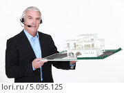 Купить «Пожилой мужчина в наушниках с микрофоном держит макет жилого района», фото № 5095125, снято 13 апреля 2011 г. (c) Phovoir Images / Фотобанк Лори
