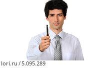 Купить «Брюнет в галстуке протягивает ручку», фото № 5095289, снято 4 апреля 2011 г. (c) Phovoir Images / Фотобанк Лори