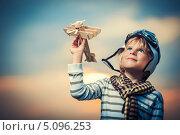 Купить «Мальчик в шлеме пилота с игрушечным самолетом на фоне неба», фото № 5096253, снято 13 июля 2013 г. (c) Raev Denis / Фотобанк Лори