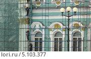 Купить «Рабочие реставрируют фасад Эрмитажа», видеоролик № 5103377, снято 26 сентября 2013 г. (c) Павел С. / Фотобанк Лори